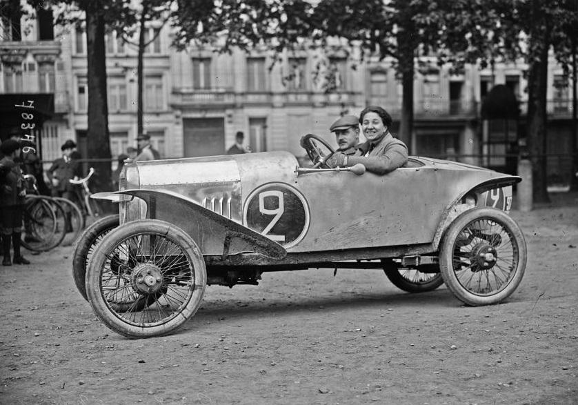 Violette_Gouraud-Morris,_en_1922_aux_Routes_pavées_sur_Benjamin