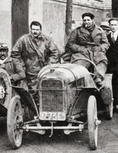 Violette_Gouraud-Morris_sur_voiturette_Benjamin,_au_Circuit_des_Routes_Pavées_en_1923