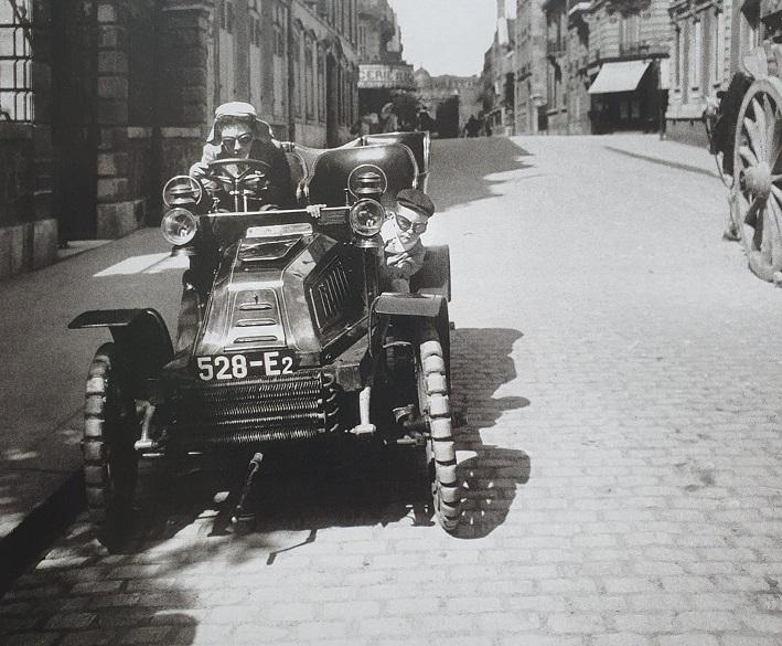 De-Dion-Bouton-met-Maurice-Lartigue-en-Jacques-Henri-Lartigue-1903-Rue-Cortambert-Paris