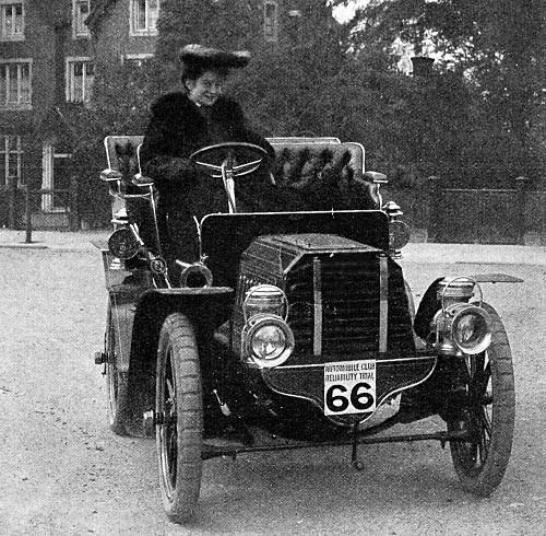 1903--Dorothy-Levitt-en-de-12-pk-sterke-Gladiator-auto-waarmee-ze-in-1903-in-een-reeks-betrouwbaarheidsonderzoeken-reed