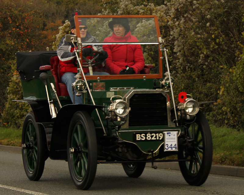 1903-Gladiator_10HP_Rear-Entrance_Tonneau_on_London_to_Brighton_Rally-2010