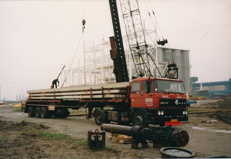 Gijs-van-Gent---Met-de-BG-95-TR-betonpalen-lossen-in-Terneuzen-1988