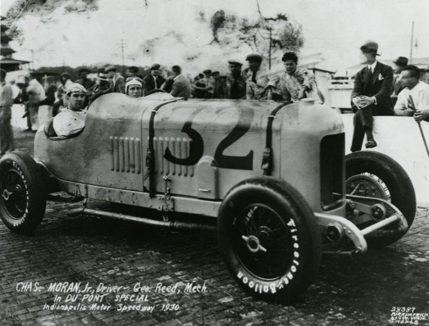 Charles-Moran--Jr--Driver-en-George-Reed--Mechanic--in-Du-Pont-Special-op-Indianapolis-Motor-Speedway-(2)