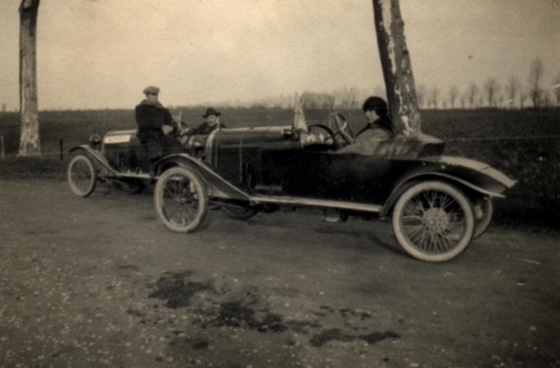 familiefoto-gemaakt-door-mijn-overgrootvader-Pierre-Desgoutte--de-oprichter-van-het-merk-We-zien-zijn-vrouw--zittend-in-hun-Cottin--Desgouttes--evenals-zijn-twee-zonen