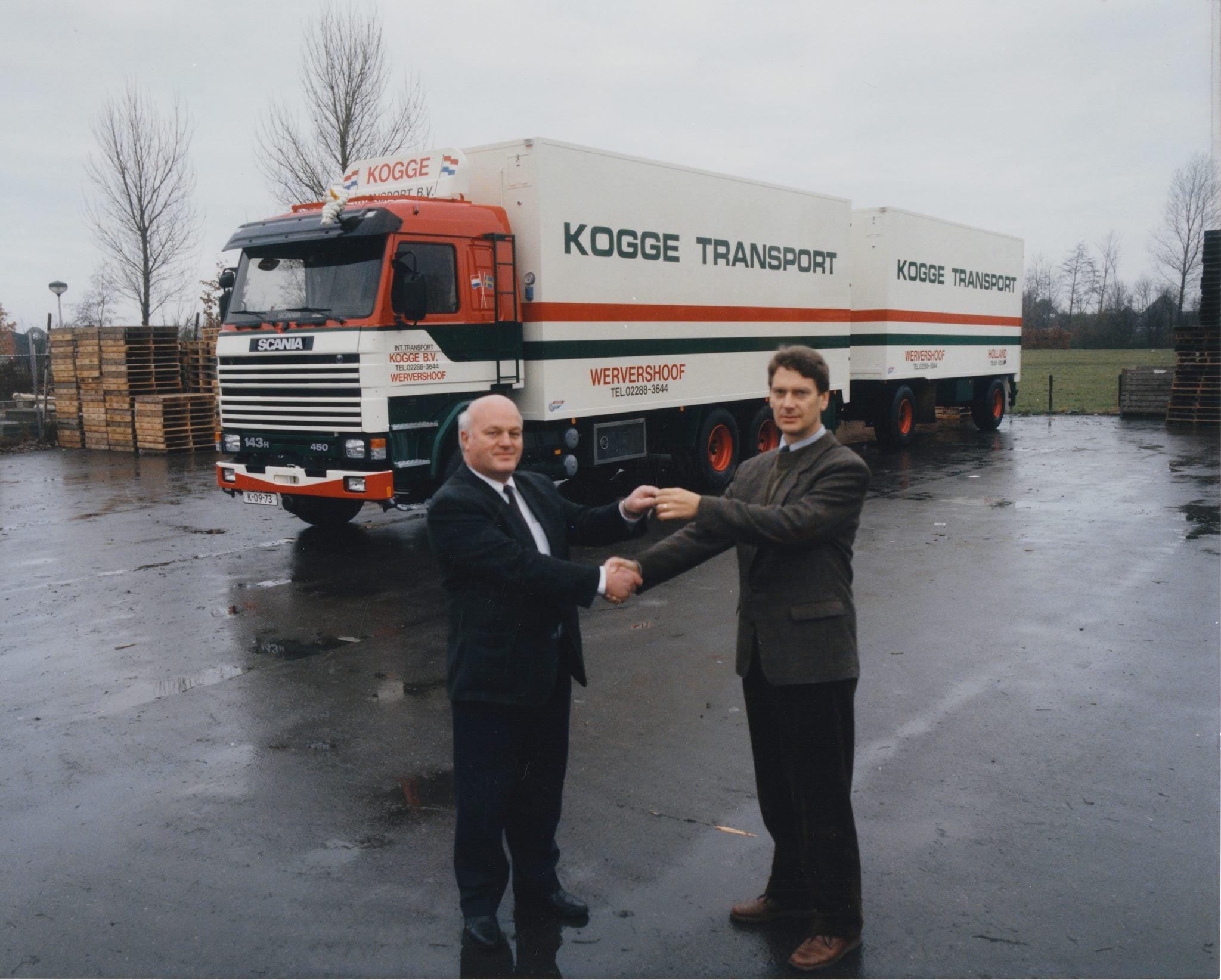 Overhandiging-van-de-sleutels-van-de-50e-Scania-voor-Kogge-Transport---een-Scania-143-450-Chauffeurs-Gerard-Kollis-en-Piet-Oud