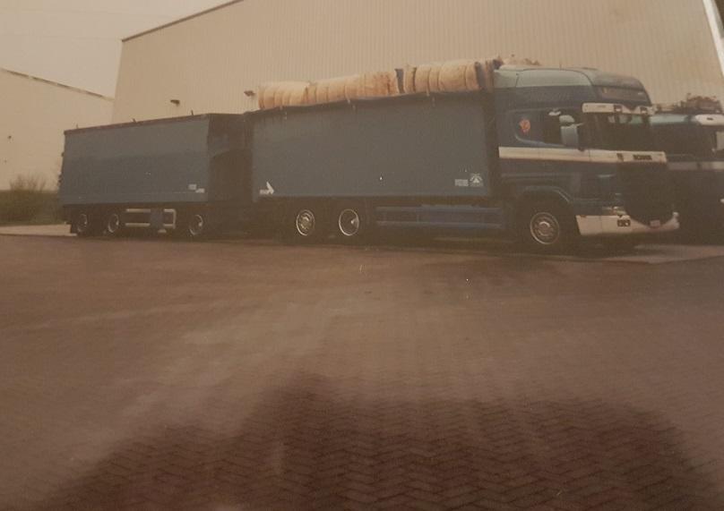 Scania--124-400--Geladen-met-droge-pluimen--Remork-met-natte-voor-Groningen-Bram-Buys