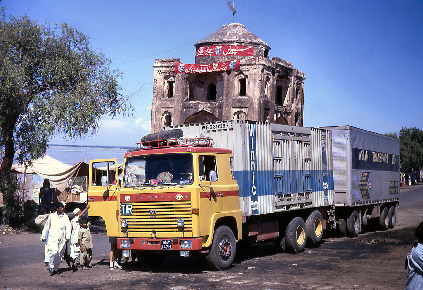 Ian-Tyrrell-Stopped-at-Torkham,-the-Afghanistan-Pakistan-border-(4)